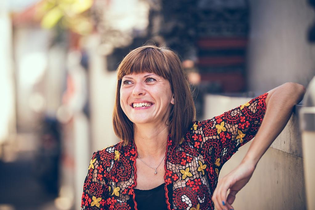 Kvinde der smiler